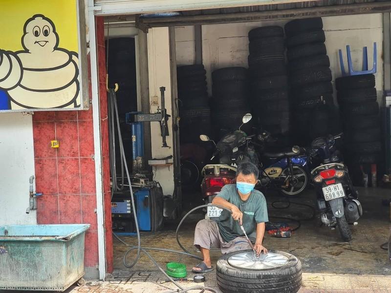 Tiệm sửa ô tô, xe máy đắt khách trong ngày đầu mở lại  - ảnh 8