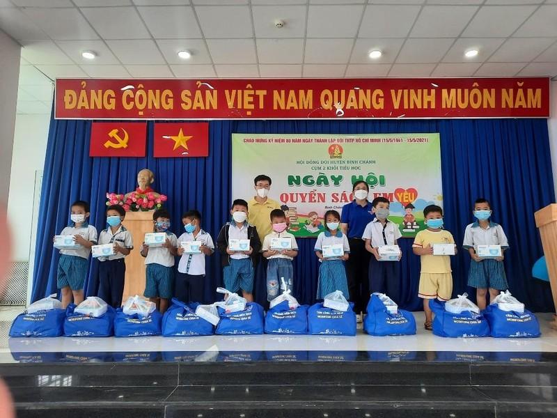 Trao tặng hàng trăm dụng cụ học tập, sách giáo khoa cho học sinh Bình Chánh - ảnh 1