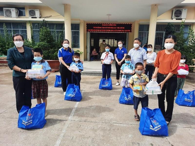 Trao tặng hàng trăm dụng cụ học tập, sách giáo khoa cho học sinh Bình Chánh - ảnh 2