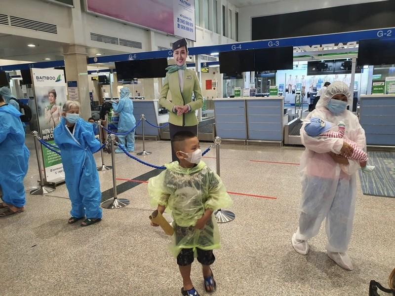 Hàng trăm người dân Quảng Nam được về quê bằng máy bay - ảnh 11