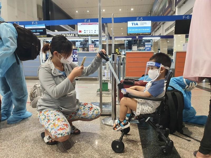 Hàng trăm người dân Quảng Nam được về quê bằng máy bay - ảnh 9