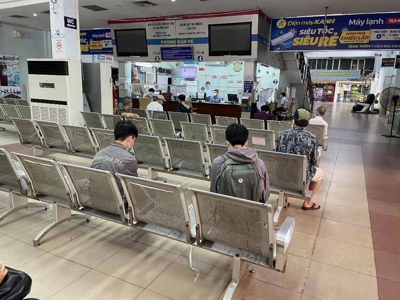 Những hành khách đầu tiên đến ga Sài Gòn mua vé tàu về quê - ảnh 4