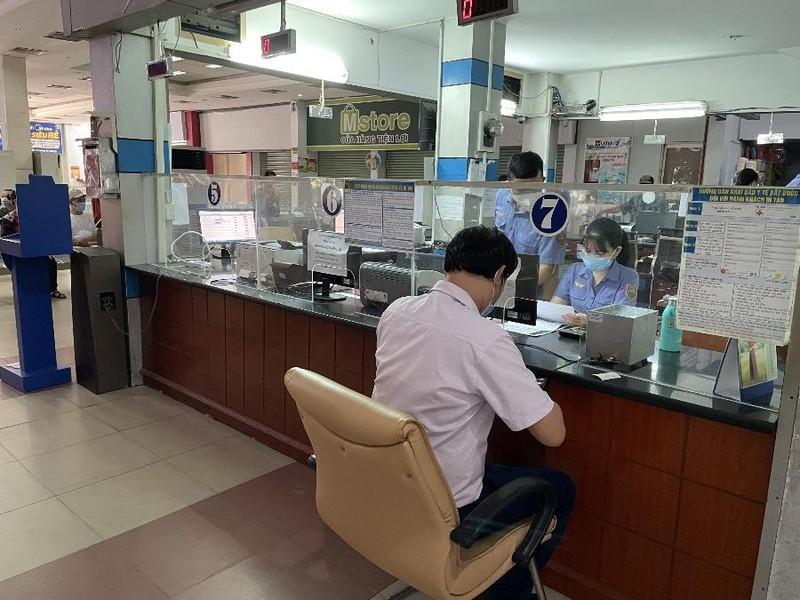 Những hành khách đầu tiên đến ga Sài Gòn mua vé tàu về quê - ảnh 2