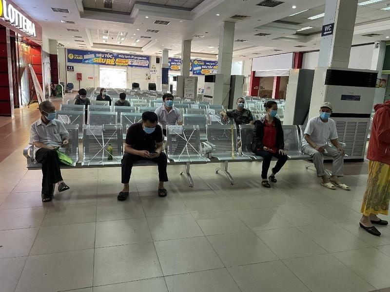 Những hành khách đầu tiên đến ga Sài Gòn mua vé tàu về quê - ảnh 1