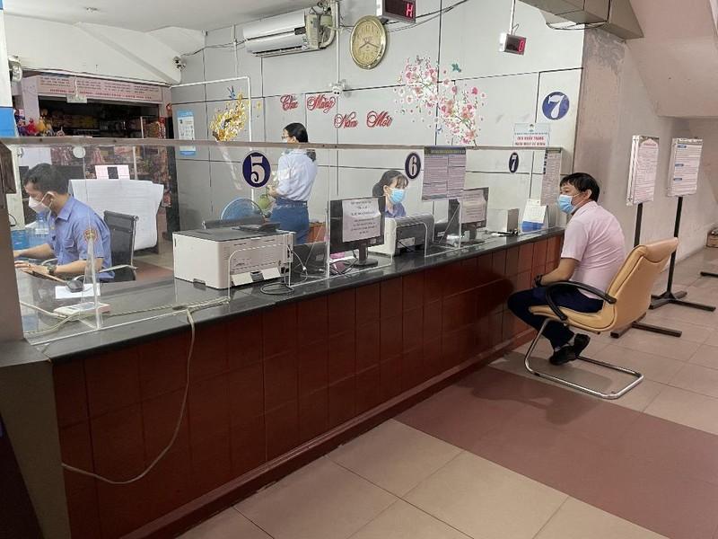 Những hành khách đầu tiên đến ga Sài Gòn mua vé tàu về quê - ảnh 3