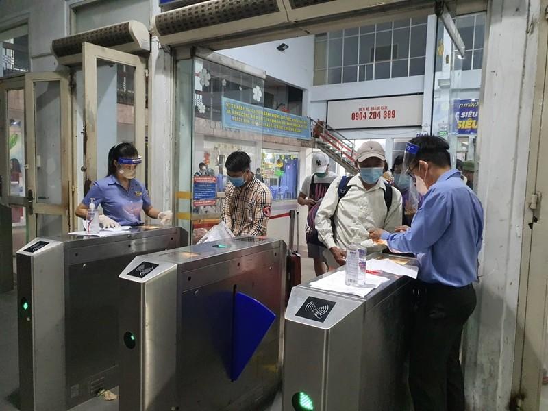 TP.HCM: Người dân lên chuyến tàu đầu tiên khi đường sắt hoạt động lại - ảnh 4