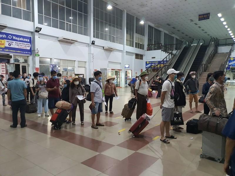 TP.HCM: Người dân lên chuyến tàu đầu tiên khi đường sắt hoạt động lại - ảnh 2