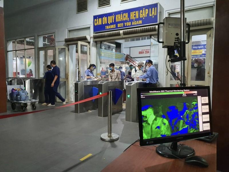 TP.HCM: Người dân lên chuyến tàu đầu tiên khi đường sắt hoạt động lại - ảnh 6