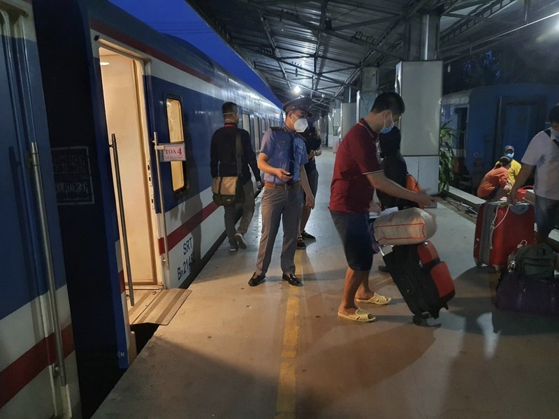 TP.HCM: Người dân lên chuyến tàu đầu tiên khi đường sắt hoạt động lại - ảnh 11