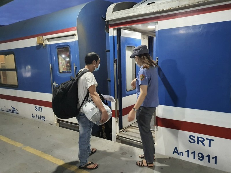TP.HCM: Người dân lên chuyến tàu đầu tiên khi đường sắt hoạt động lại - ảnh 12