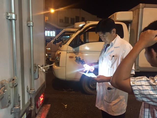 Giữa đêm kiểm tra 'lý lịch' heo vào chợ tại TP.HCM - ảnh 4