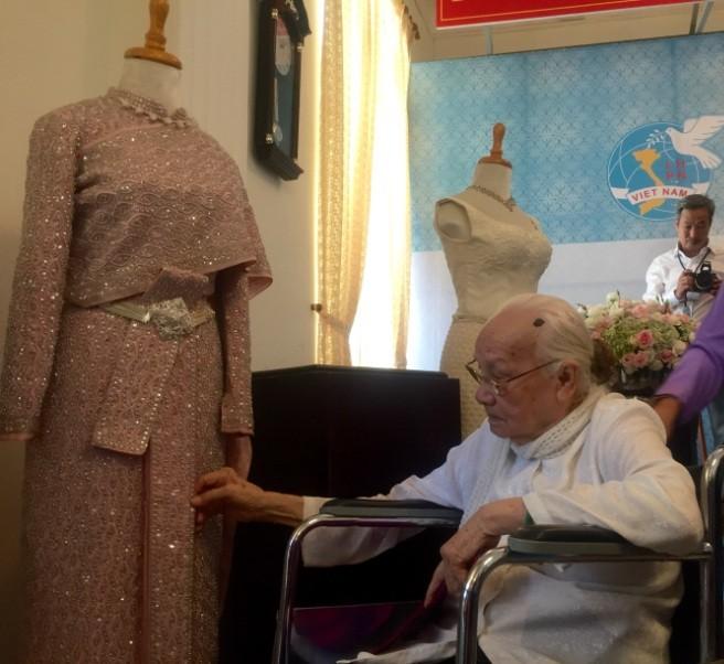Tặng trang phục do hoàng hậu thiết kế cho bảo tàng - ảnh 1
