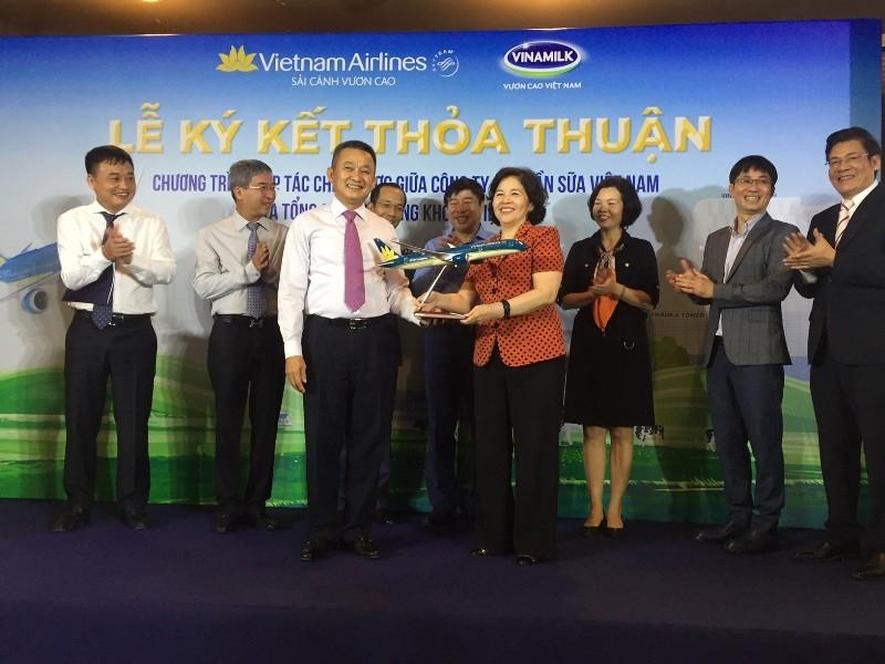 Vinamilk bắt tay Vietnam Airlines đưa sữa Việt ra thế giới - ảnh 1