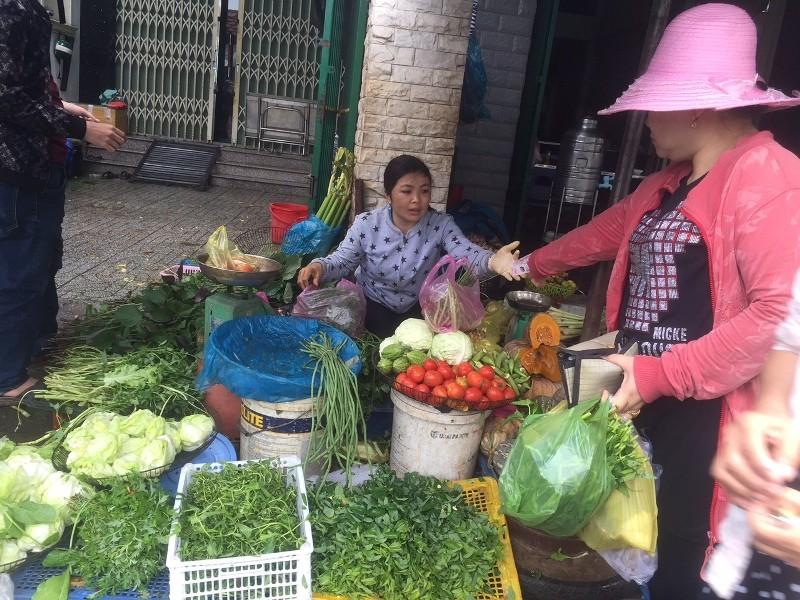 Nông sản về chợ TP.HCM đột ngột giảm mạnh do mưa bão - ảnh 1