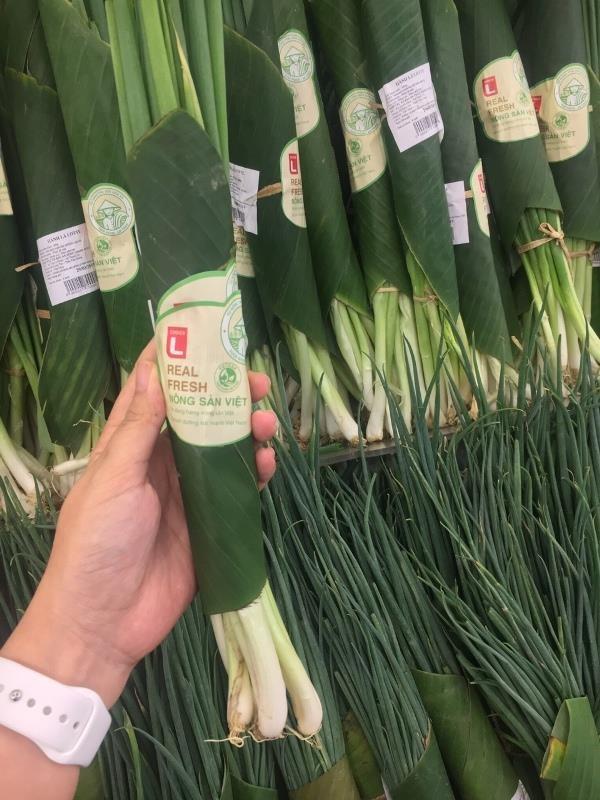 Siêu thị đua nhau gói rau củ bằng lá chuối - ảnh 2