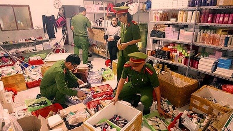 Phát hiện cơ sở làm giả nhái 10.000 chai mỹ phẩm hàng hiệu - ảnh 1