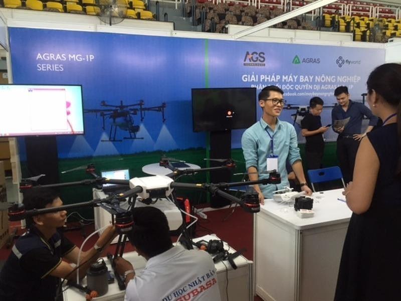 Máy bay phun thuốc xuất hiện tại hội chợ ở TP.HCM - ảnh 1
