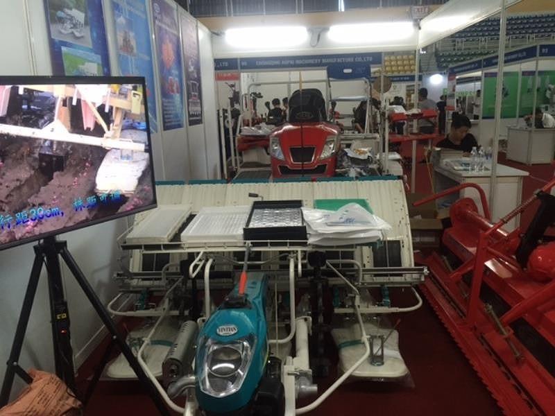 Máy bay phun thuốc xuất hiện tại hội chợ ở TP.HCM - ảnh 4