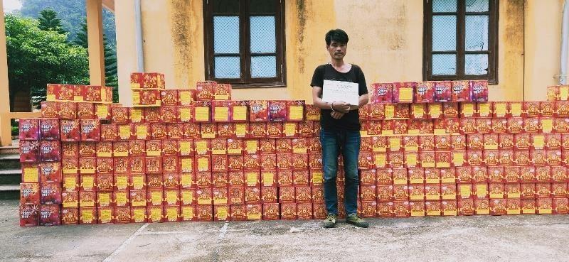 Tóm gọn hơn 2,7 tấn pháo Trung Quốc - ảnh 1