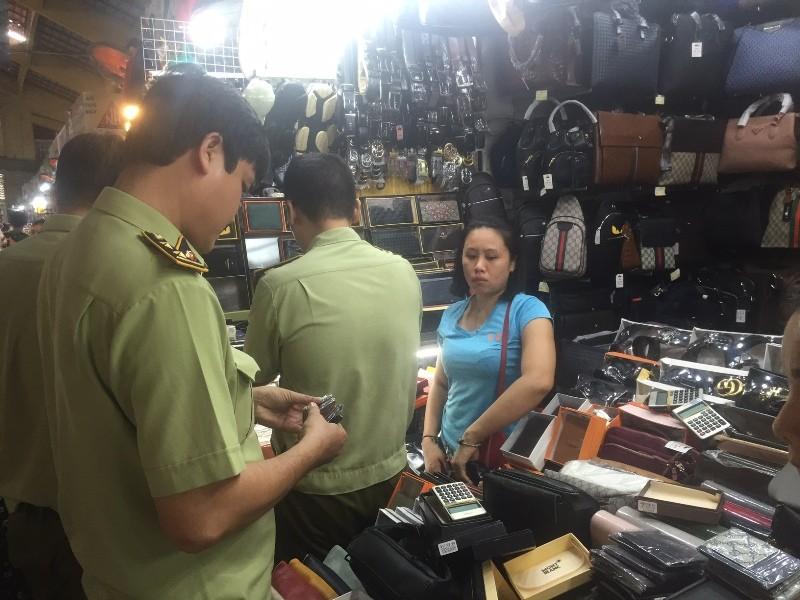 'Đột kích' Sài Gòn Square, phát hiện cả ngàn mặt hàng dỏm - ảnh 5