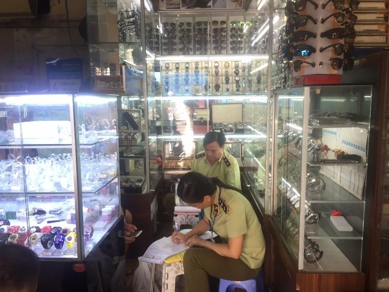 'Đột kích' Sài Gòn Square, phát hiện cả ngàn mặt hàng dỏm - ảnh 7