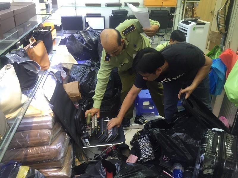 'Đột kích' Sài Gòn Square, phát hiện cả ngàn mặt hàng dỏm - ảnh 4
