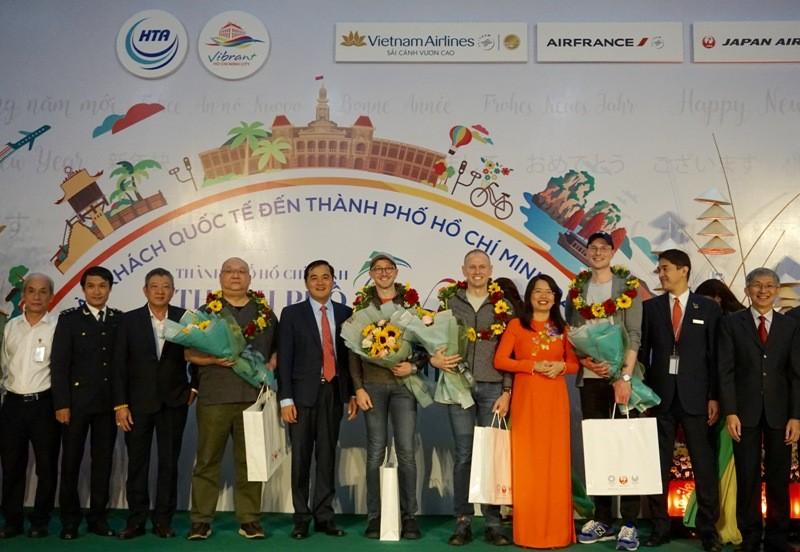 Đoàn khách quốc tế từ Nhật, Pháp xông đất TP.HCM - ảnh 3