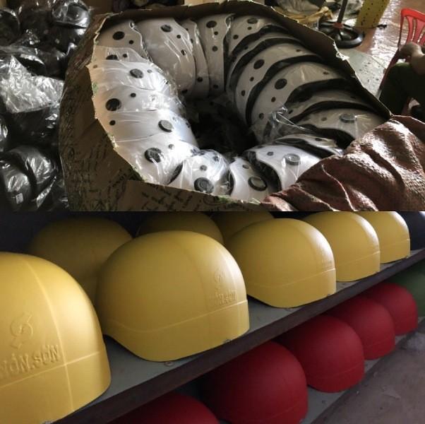 Bắt tại trận cơ sở sản xuất mũ bảo hiểm Nón Sơn dỏm - ảnh 4