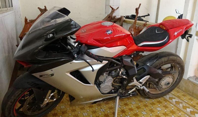 Mật phục bắt giữ 5 chiếc xe mô tô khủng trị giá 2,5 tỉ đồng - ảnh 1