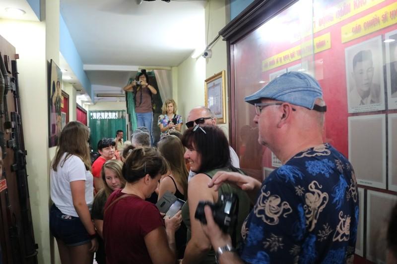 Đoàn khách Ba Lan trải nghiệm tour 'Biệt động Sài Gòn' - ảnh 1