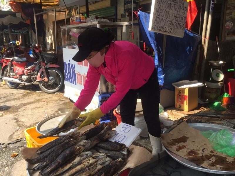 Tấp nập phố cá lóc nướng, có người bán được 1,5 tấn   - ảnh 3