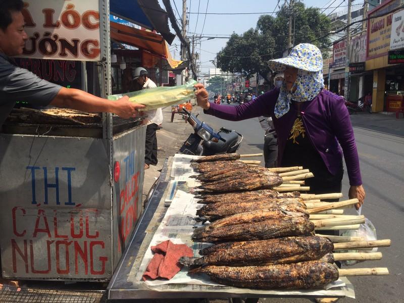 Tấp nập phố cá lóc nướng, có người bán được 1,5 tấn   - ảnh 2