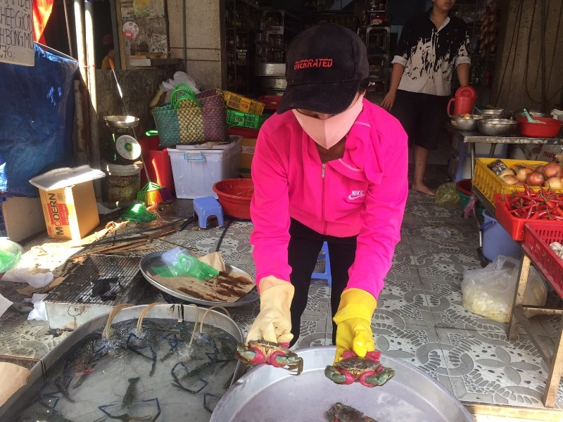Tấp nập phố cá lóc nướng, có người bán được 1,5 tấn   - ảnh 4