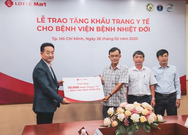 Tặng 30.000 khẩu trang y tế cho BV Bệnh nhiệt đới - ảnh 1