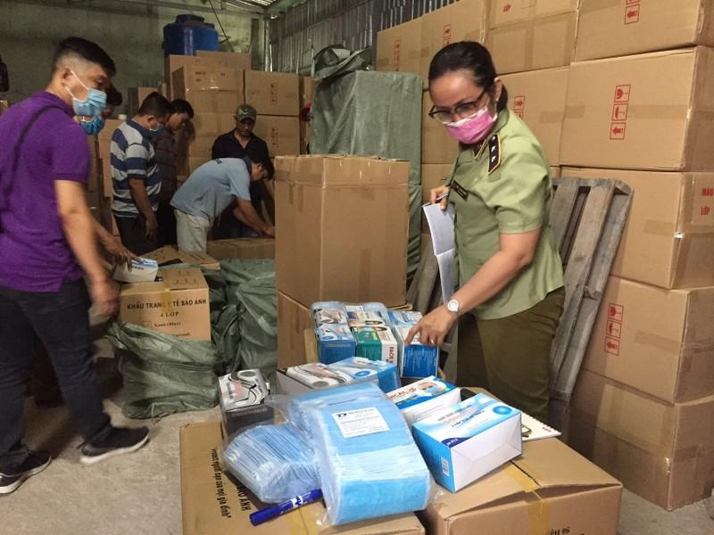 Phát hiện kho chứa cả triệu khẩu trang xuất Campuchia  - ảnh 2
