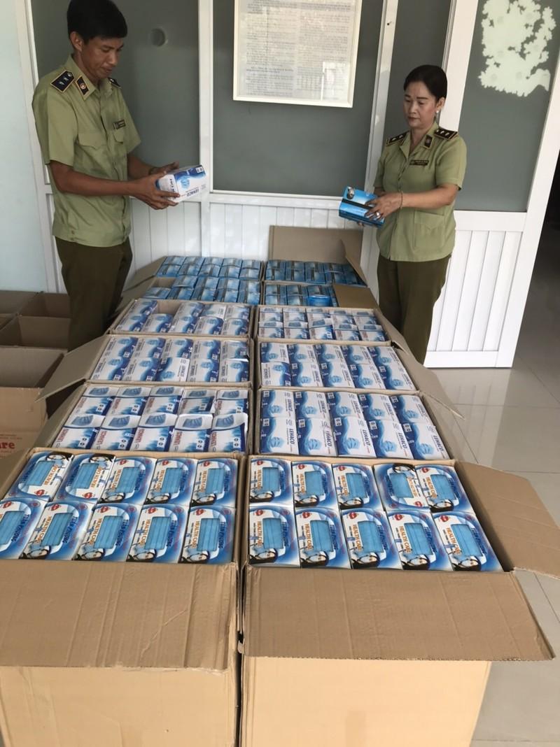 An Giang phát hiện tạm giữ 30.000 khẩu trang y tế - ảnh 1