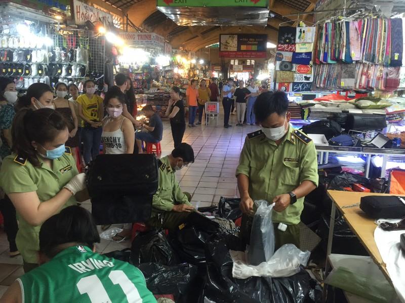 Kiểm tra đột xuất Saigon Square, nhiều sạp đóng cửa - ảnh 11