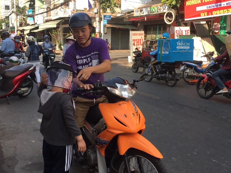Quận Tân Phú có điểm khử khuẩn miễn phí cho người dân - ảnh 5