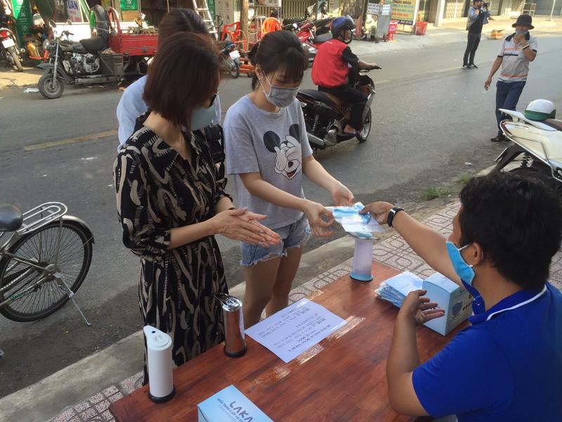 Quận Tân Phú có điểm khử khuẩn miễn phí cho người dân - ảnh 2