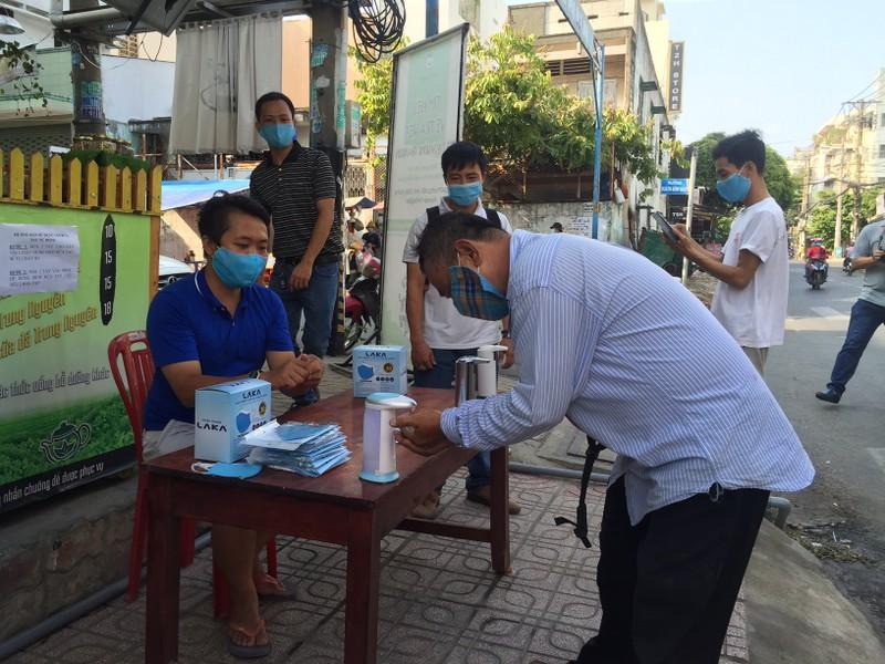 Quận Tân Phú có điểm khử khuẩn miễn phí cho người dân - ảnh 1