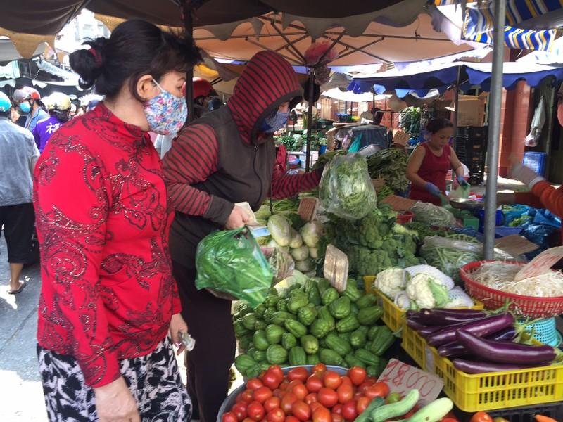 TP.HCM: Hạn chế ra đường, dân tranh thủ đi chợ sớm  - ảnh 3