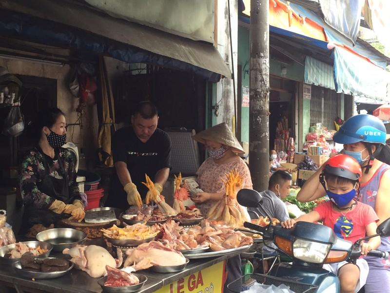 TP.HCM: Hạn chế ra đường, dân tranh thủ đi chợ sớm  - ảnh 6