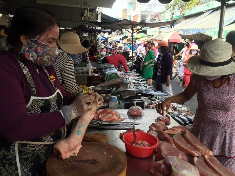 TP.HCM: Hạn chế ra đường, dân tranh thủ đi chợ sớm  - ảnh 1