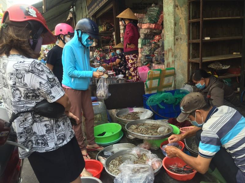 TP.HCM: Hạn chế ra đường, dân tranh thủ đi chợ sớm  - ảnh 2