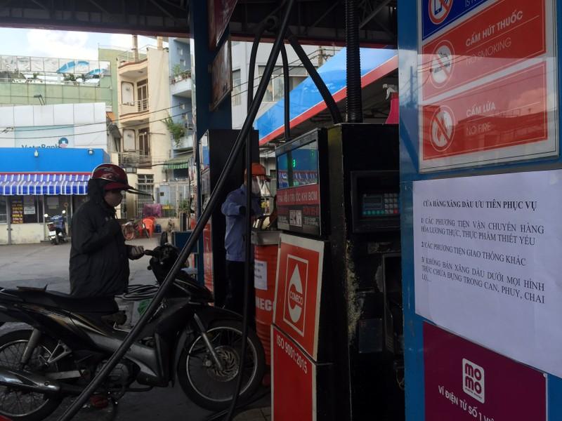 Không bán xăng cho người có dấu hiệu tích trữ - ảnh 2