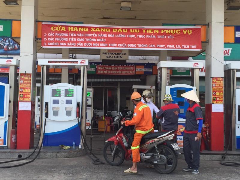 Không bán xăng cho người có dấu hiệu tích trữ - ảnh 3