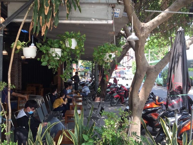 Ngày đầu nới lỏng giãn cách, quán cà phê đông khách - ảnh 2