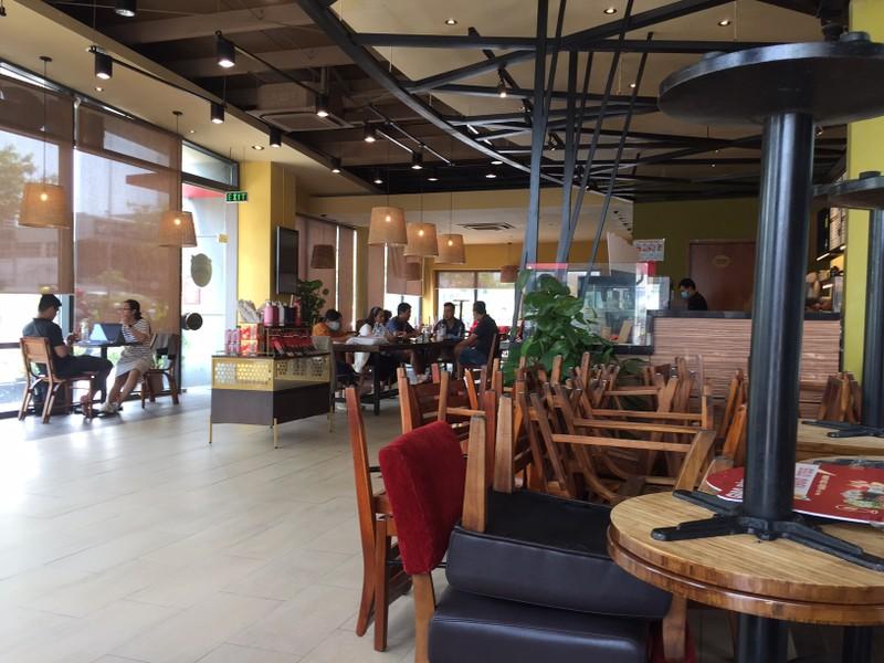 Ngày đầu nới lỏng giãn cách, quán cà phê đông khách - ảnh 4