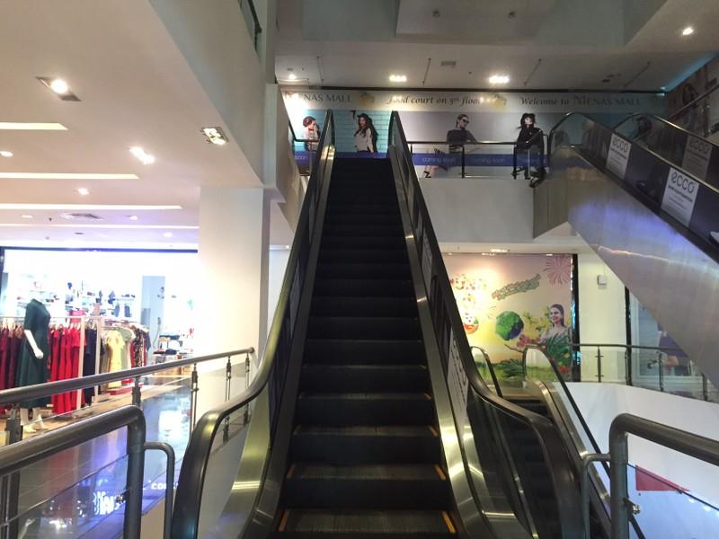 Cận cảnh trung tâm thương mại vắng khách  - ảnh 15
