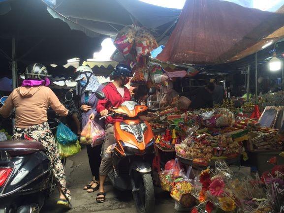 Lễ 2-9: Người dân tấp nập đi chợ mua cua, ghẹ, tôm - ảnh 8